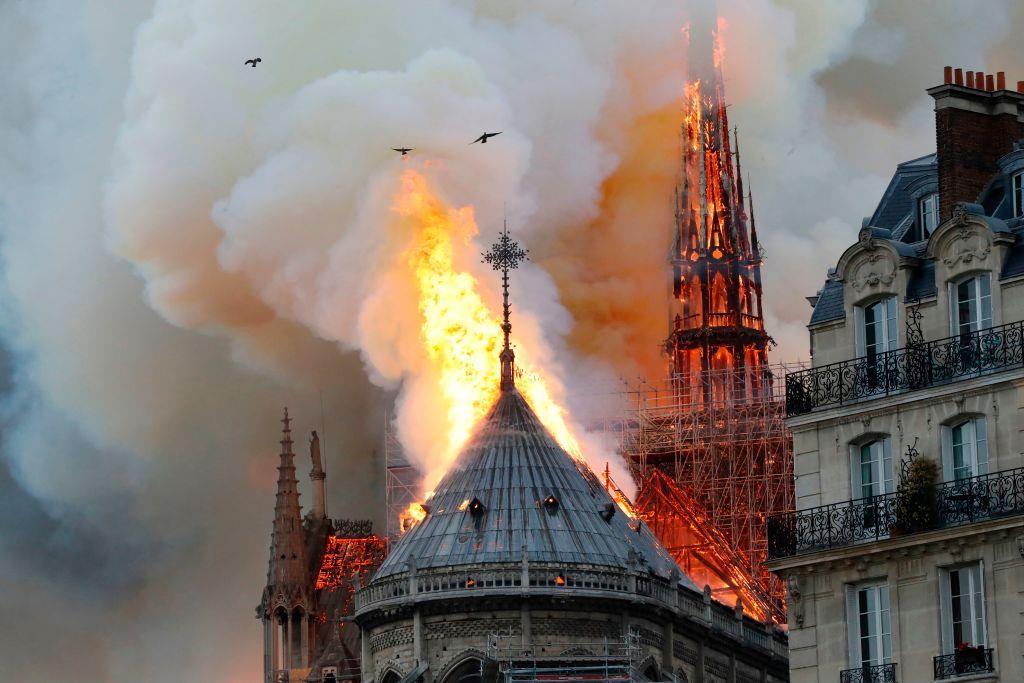 ARDE Notre Dame! Flăcări uriașe pe acoperișul catedralei!