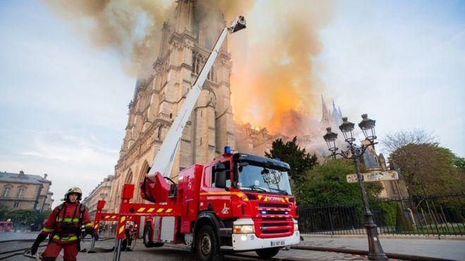 De ce a fost greu de stins INCENDIUL de la Notre Dame?