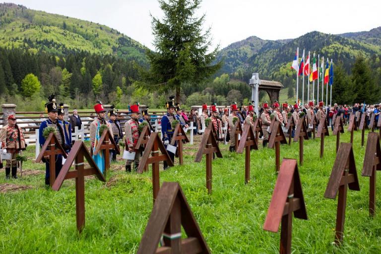 STUDIU DE CAZ:Cimitirul INTERNAȚIONAL al Eroilor - Valea Uzului-Ungurii se șterg pe c... cu Constituția ,PSD poziția ghiocelului , pupă în c...și în p...UDMR și pe Victor Orban Foto_Kocsis_B_Janos-Uzvolgye_okumenikus_istentisztelet-8637-768x512