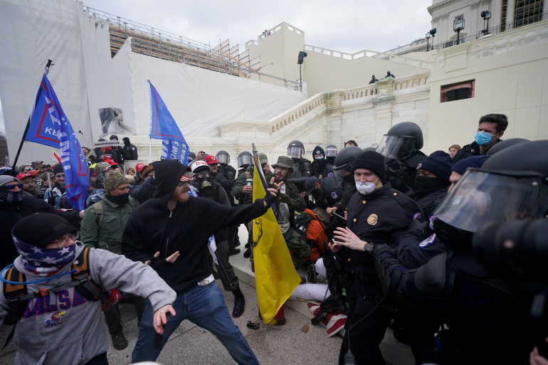 Anarhiștii au luat cu asalt Congresul american. Stare de asediu, în Washington