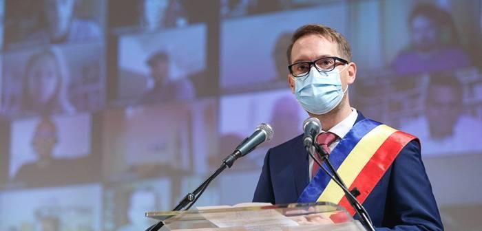 Ziariștii timișoreni îi cer lui Dominic Fritz să-și publice diploma universitară și domiciliul din buletin